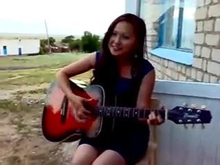 Девушка поёт и играет на гитаре Ноган Манджиева - Солнышко. 245.